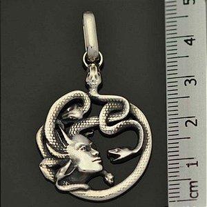 Pingente Medusa em prata 950k - Maciço