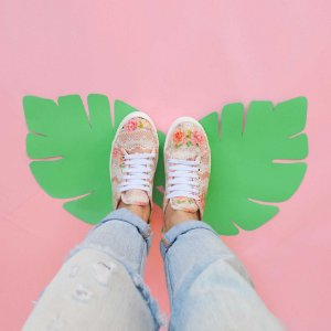 Tênis sneaker aberto atrás - estampa renda floral
