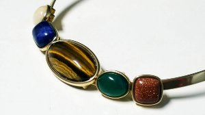 Gargantilha Choker Amazonita Bege, Sodalita Azul do Mar, Olho de Tigre, Ágata verde, Pedra do Sol Scandal