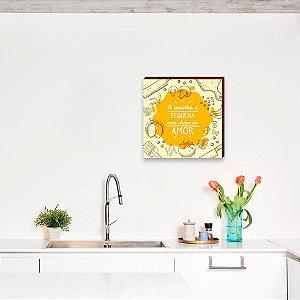 Quadro decorativo A cozinha é pequena mas cheia de amor quadrado amarelo [BoxMadeira]
