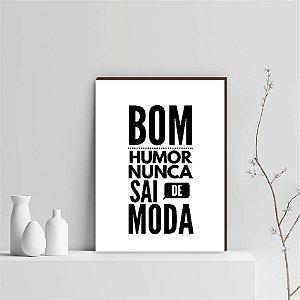 QUADRO DECORATIVO BOM HUMOR NUNCA SAI DE MODA FUNDO BRANCO  [BOX DE MADEIRA]