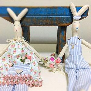 Casal coelhos com flores