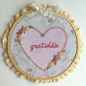 Bastidor com bordado em coração e palavra GRATIDÃO