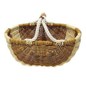 Cesto oval de fibra natural trançada com alça de corda e couro.