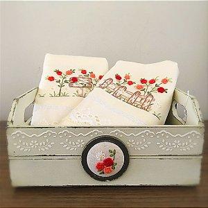 Caixa em mdf pintada com toalhas de mão bordadas