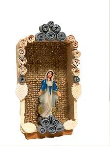 Oratório em cerâmica com Nossa Senhora das Graças