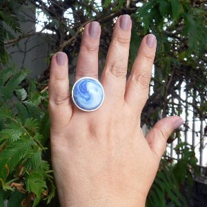 Prata 950, anel ajustável, com gema em vitrocerâmica.