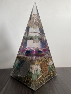 Edição Limitada - Orgonite Pirâmide Gigante Energia Saúde - 29x13cm com Quarzto Verde, Ametista, Citrino e quartzo Rosa