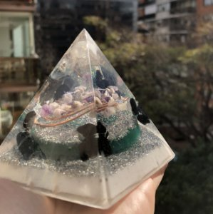 Pirâmide Orgonite transmutação e proteção   - Indicado para transmutação energética e aumento da vitalidade - 9cm (base)x 10 cm (altura)