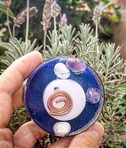 Orgonite redonda protege a aura e traz paz com howlita e ametista 5,5 x 2,00 cm