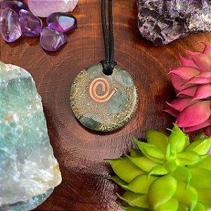 Orgonite pingente 3 cm  com fundo verde e quartzo verde de cura