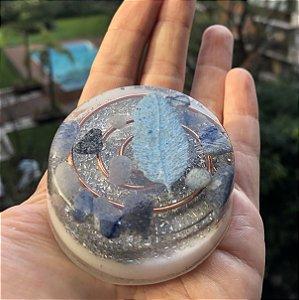 Orgonite redonda 5x2 cm com quartzo azul , indicado para pessoas com pensamento acelerado e dificuldades para dormir (insônia)