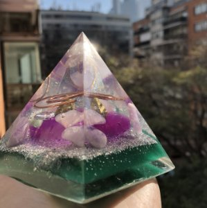 Pirâmide Orgonite da saúde física e emocional  9x10 cm - indicado tratamento energético de doenças no corpo físico e emocional