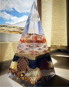 Orgonite Pirâmide Gigante para Prosperidade - 29x13cm - com pirita, olho de tigre, cornalina e citrino e símbolo harmonizador flor da vida
