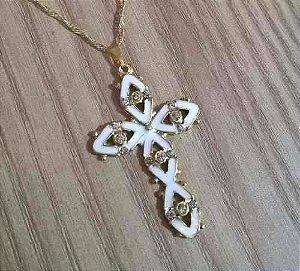 Gargantilha Colar Cruz Crucifixo Branco Folheado A Ouro 18k.