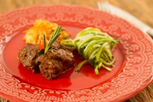 Picadinho de carne, cuscuz de quinoa com cranberry e castanhas e espaguete de abobrinha - 300g