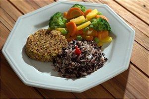 Hamburguer de cenoura com quinoa, alho poro e castanhas, arroz de coco e legumes sauteados - 300g