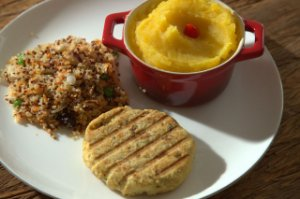 Hamburguer de grão de bico, purê de mandioquinha e cuscuz de quinoa - 300g