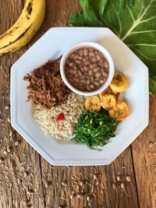 Brasileirinho: Carne desfiada, arroz integral, feijão, couve e banana da terra - 350g