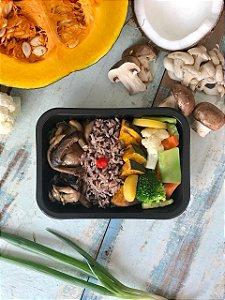 Cogumelos grelhados, arroz de coco, lascas de aboboras assadas e legumes salteados - 350g