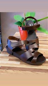 Sandália em Couro Saltinho Fivela Fechamento Velcro
