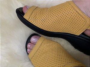 Sandália em Couro Furinhos Amarela Sola Preta