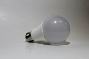 Lâmpada Bulbo LED 7W Branco Quente