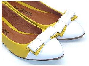 Sapatilha Amarela Com Laço E Bico Fino Brancos