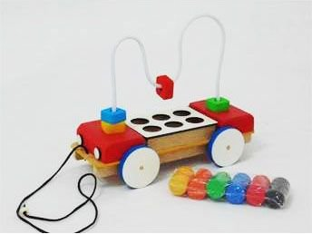 Caminhão aramado de madeira