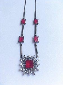 Colar folheado rodio negro quadrado em pontos de zirconia e cristais rubi
