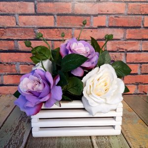 Arranjo de Flores para Mesa de Rosas Lilás e Branca