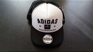 Boné Adidas Trucker - Aba Curva - Branco e Preto