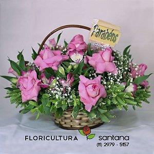 Cesta com Rosas cor de rosa e placa mensagem