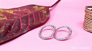 Brincos argola oval prata com strass cristal