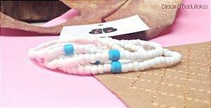 Mix de pulseiras brancas e cerâmica turquesa