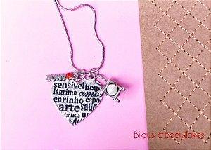 Colar longo prata com pingente de coração e badulaques personalizados