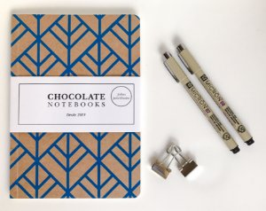 Kit Bujo 4: Chocolate Notebooks Escamado + Canetas Pigma Micron