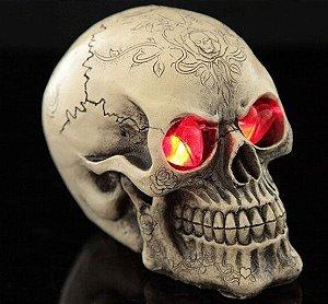 Caveira Skull Em Resina Com Crânios Que Acende Os Olhos