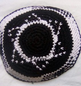 Kipá de crochê branca e preta com estrela de David - 15 cm
