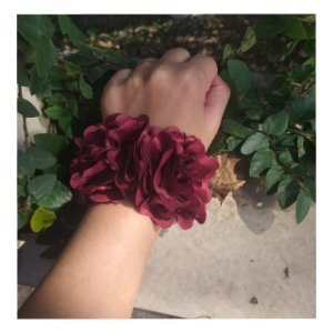 Corsage com flor dupla pulseira de cetim