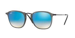 c8c93aaad092b Óculos de Sol Ray-ban Quadrado Cor Cinza com Lentes Espelhadas Cor Azul e  Hastes