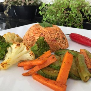 Frango desfiado com mix de legumes ao forno