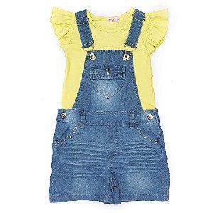 Jardineira jeans Anuska com blusa amarela
