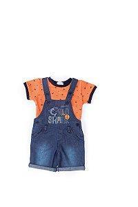 Jardineira jeans e camiseta laranja estampada Anuska