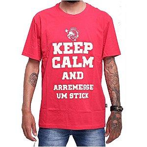 Camiseta 100% Algodão de Pesca Keep Calm and Arremesse um Stick vermelha