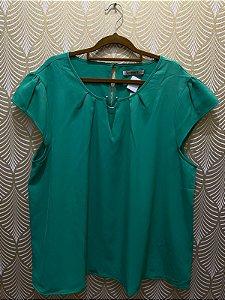 Blusa Preta Plus Size com Detalhe na Gola