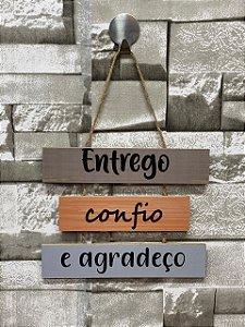 """Plaquinha Decorativa Frase """" Entrego, confio, agradeço"""""""