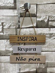 """Plaquinha Decorativa Frase """" Inspira, respira, não pira"""""""