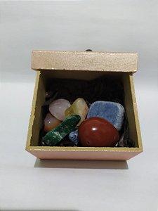Kit contendo Pedras Roladas Polidas Brasileiras nas cores de cada Chakra (Enviamos 02 Pedras do Chakra Cardíaco: Quartzo Rosa e Quartzo Verde) + Caixinha linda decorativa com pedra rolada!