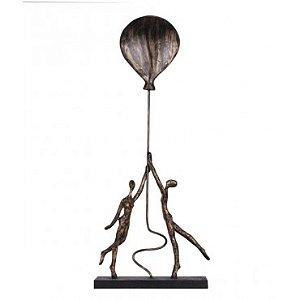 Escultura Dois segurando o balão - Ouro Velho